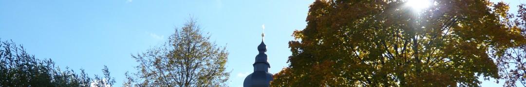 Header-Bild: Turmspitze von Mariä Himmelfahrt im Gegenlicht, Prutting, Oktober 2013, © Florian Eichberger