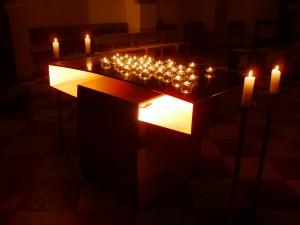 Brennende Kerzenlichter auf dem Altar bei der Langen Nacht der Kirche, Vogtareuth (Bild: Hubert Sewald)