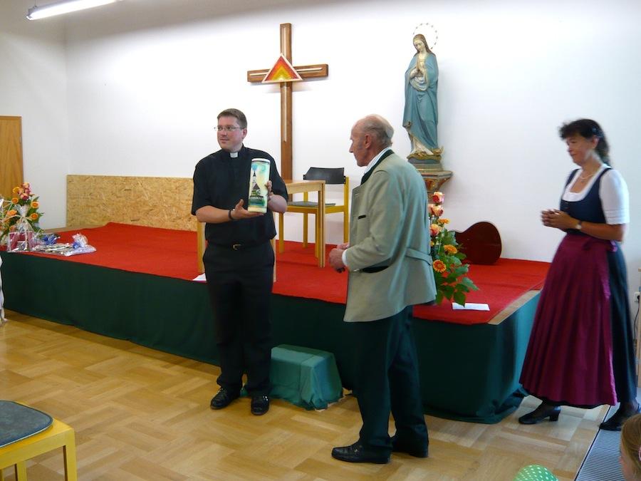 Verabschiedung von Kaplan Tobias Hartmann: Tobias Hartmann, Johann Stöttner und Resi Kreuzmeir