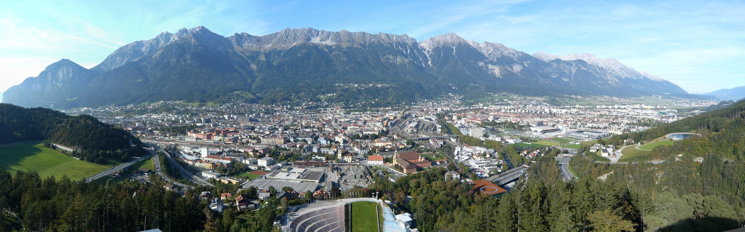Blick von der Bergisel-Schanze auf Innsbruck und die Nordkette (© Florian Eichberger 2014)