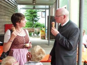 Eis für alle: Kinder, PGR und Pfarrer …