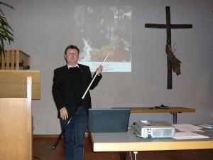 Pfarrer Peter Demmelmair als Bildzeiger mit Billard-Queue in Schwabering