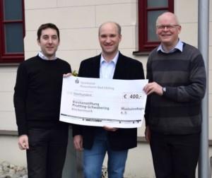 400 Euro für die Kirchenmusik in Prutting und Schwabering: Scheckübergabe