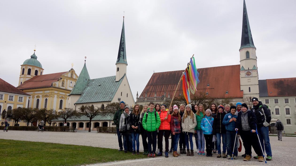 Firmwallfahrt 2016: Gruppenbild mit bunter Fahne vor der Gnadenkapelle