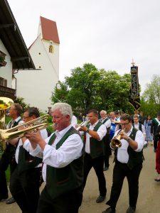 Abschluss der Außenrenovierung von St. Georg, Straßkirchen: Umzug mit Musik
