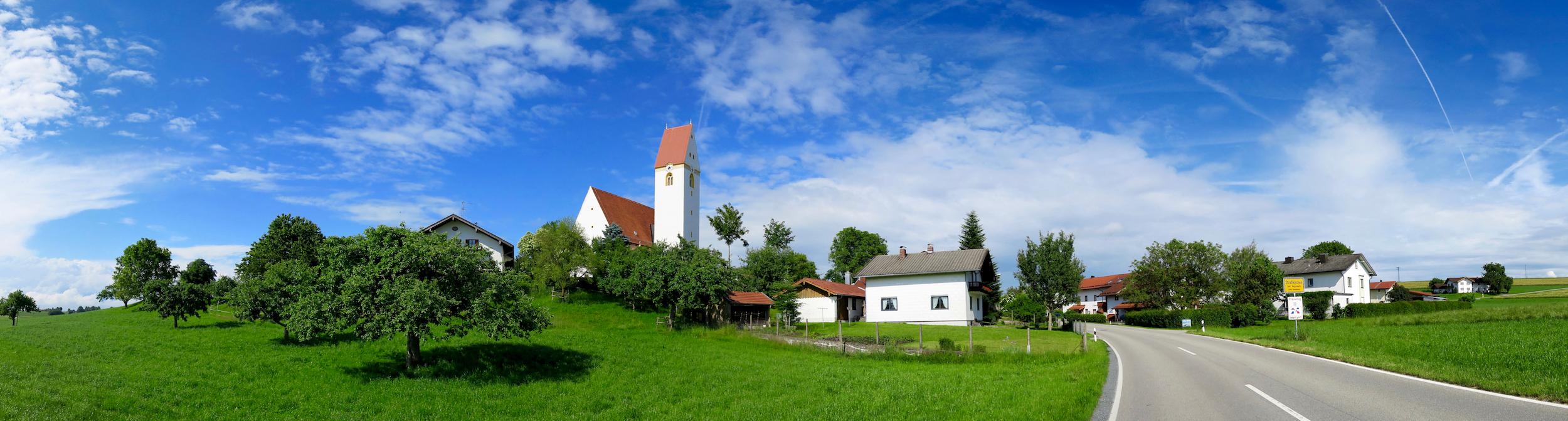 Abschluss der Außenrenovierung von St. Georg, Straßkirchen: Ansicht von der Zufahrt