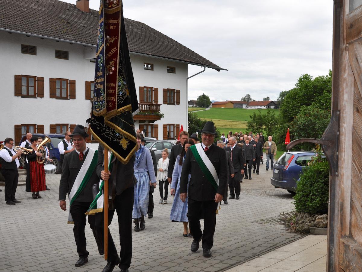 Abschluss der Außenrenovierung von St. Georg, Straßkirchen: Fahnenabordnung