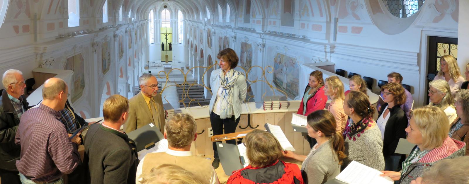 Kirchenchor-Ausflug 2016: Der Kirchenchor in der Kloster- und Pfarrkirche Johannes der Täufer, Rebdorf