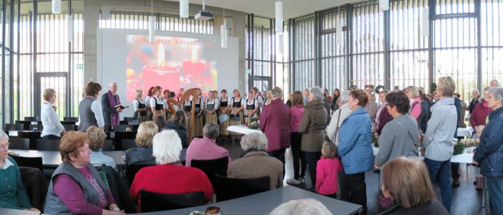 Vogtareuth: Pfarrer Guido Seidenberger segnet die Adventskränze der Frauengemeinschaft